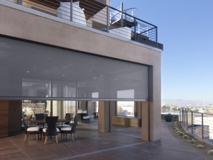 he home blends indoor and outdoor spaces thanks to the Executive motorized screens